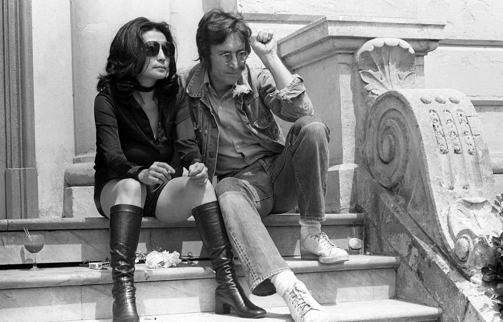 Yoko Ono et John Lennon posent pour les photographes à Cannes en 1971, où ils présentaient leurs films «Apotheosis» et «The Flu».