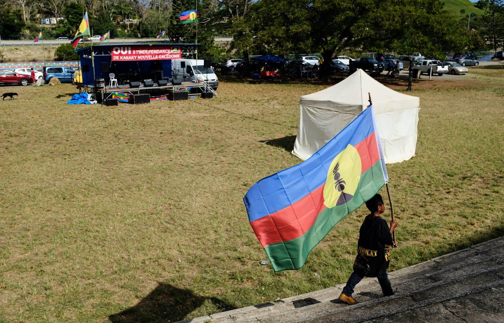 Les partisans de l'indépendance ont pavoisé de leur drapeau routes et arbres.