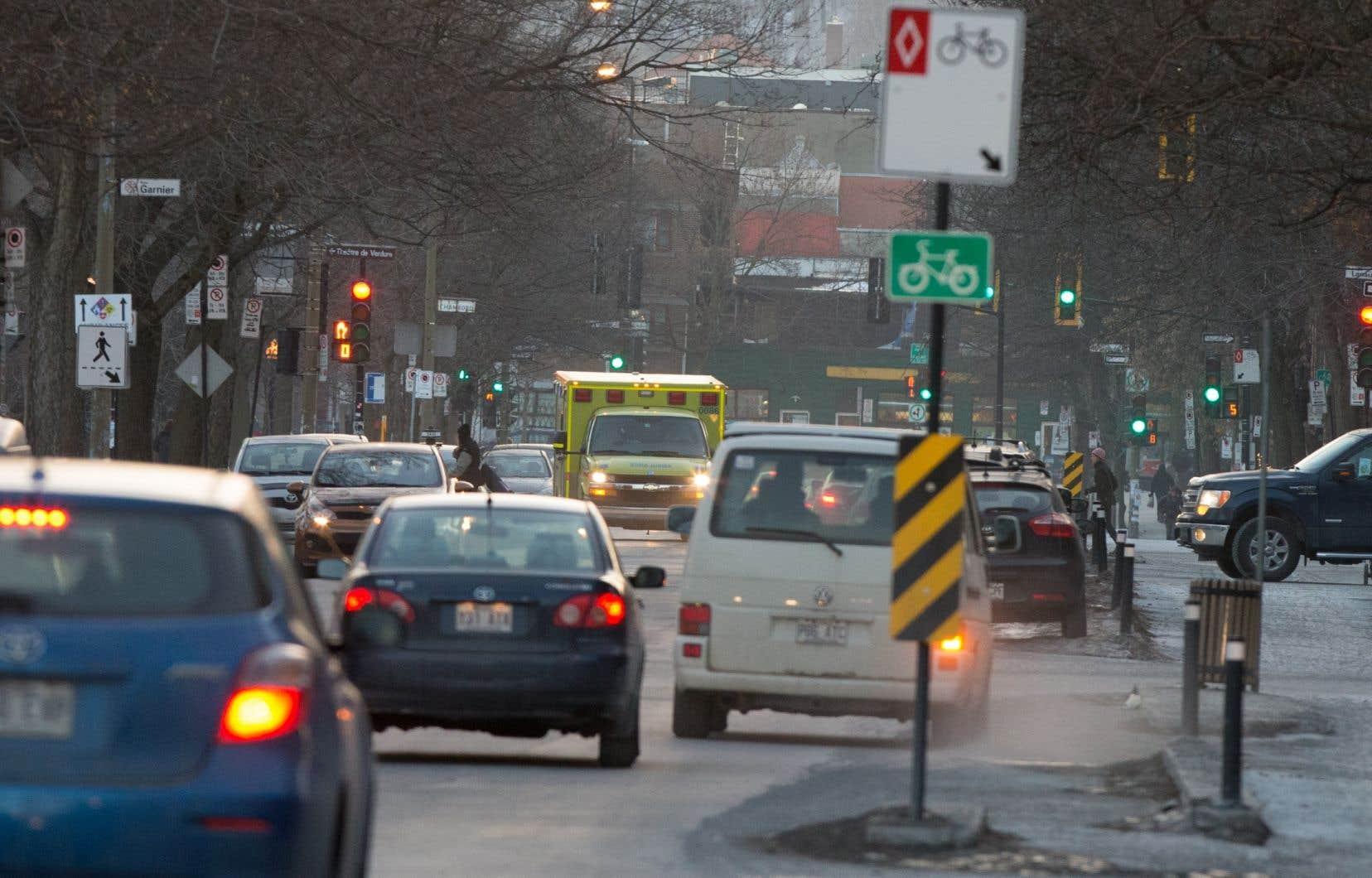 Le gouvernement de la CAQ rejette l'idée d'étendre aux banlieues de la métropole la taxe d'immatriculation de 45 $ déjà imposée aux automobilistes montréalais pour financer le transport en commun.