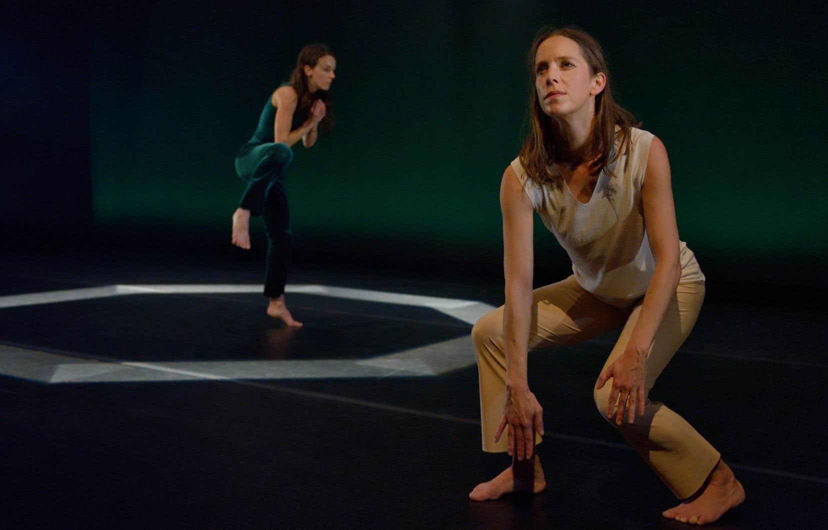 <p>Les danseuses forment des spirales en douceur, s'emboîtant le pas, avant de faire imploser l'espace aux sons d'un chant distant qui renferme un mystère à percer.</p>