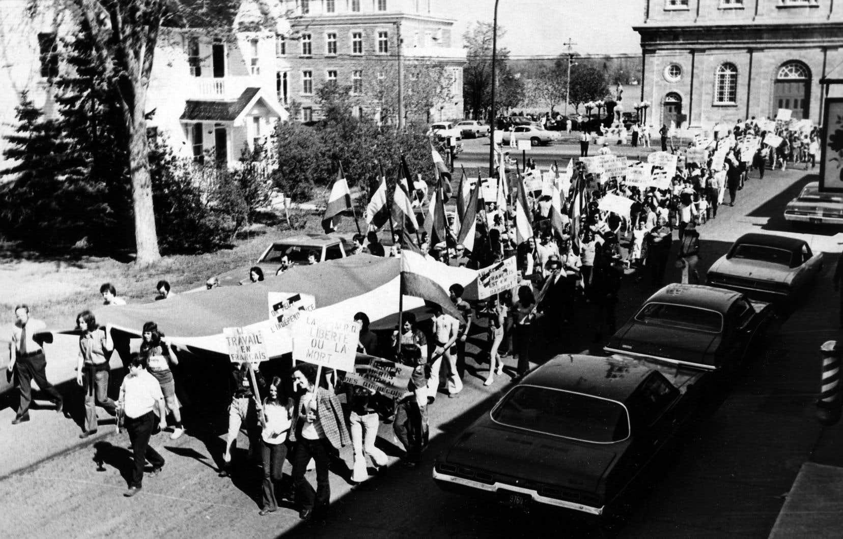 Pierre Vallières espérait l'indépendance de son pays, tout en pensant qu'un Québec hostile aux immigrants ne mérite pas de survivre. Ici, une manifestation pour la protection de la langue française, en 1972, à laquelle Vallières a participé.