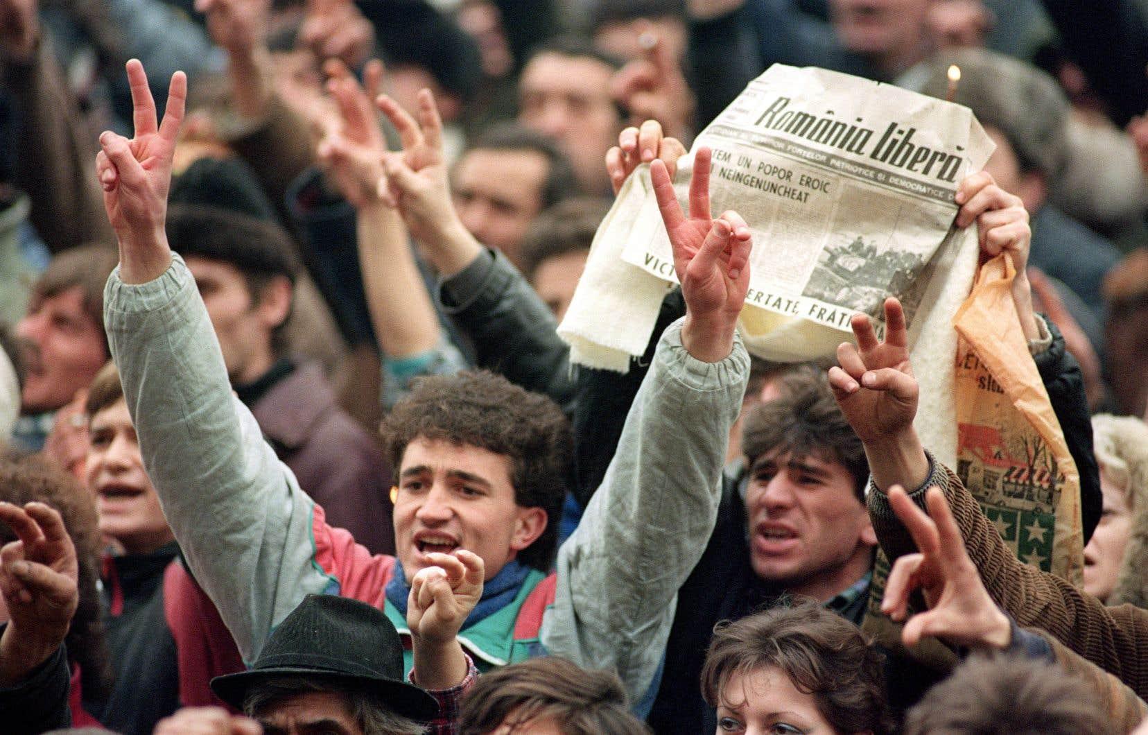 Des Roumains célèbrent l'arrestation du dictateur Nicolae Ceausescu, le 24décembre 1989 à Bucarest.