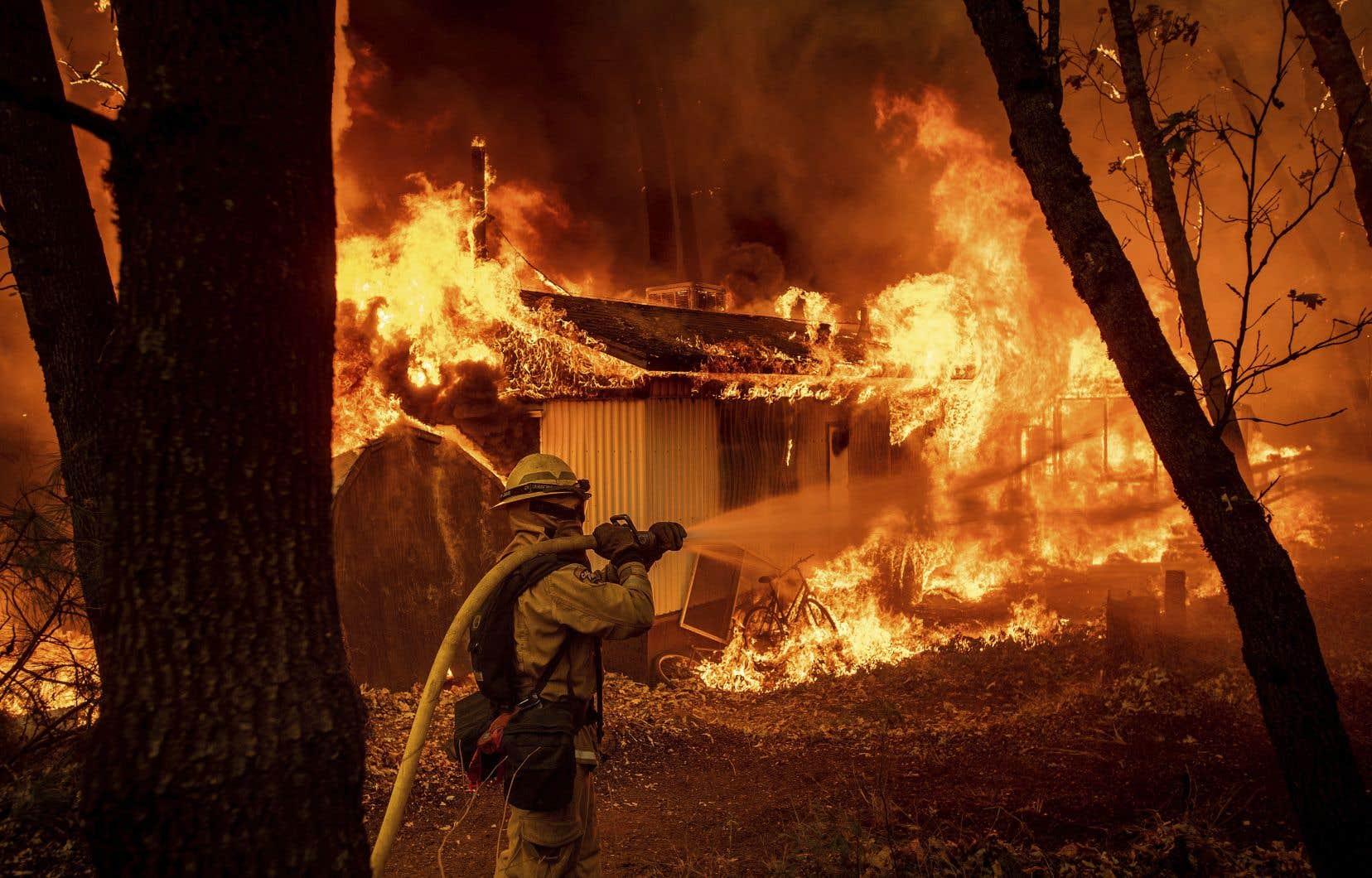 Un pompier tente d'éteindre le feu qui ravage une résidence de Magalia, en Californie.