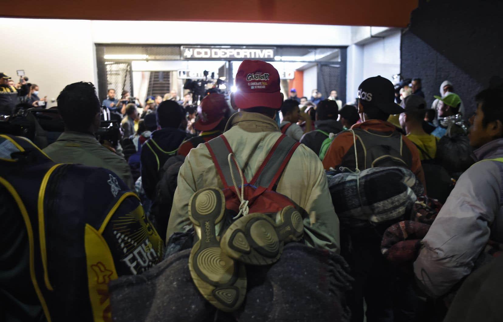 Les autorités locales ont mis vendredi à leur disposition un métro pour les conduire à la limite de l'État de Mexico.