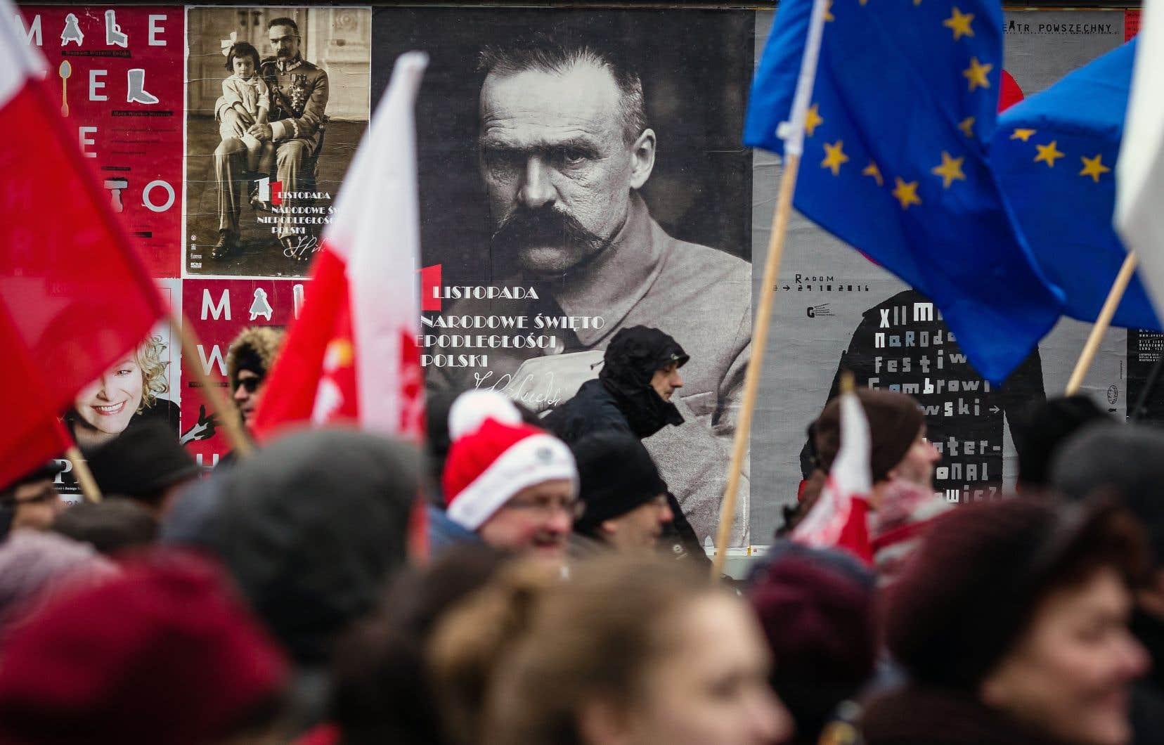 Une manifestation du Comité de défense de la démocratie, à Varsovie le 11 novembre 2016, est passée sous le portrait de Józef Pilsudski, à qui est attribuée la création de la seconde république de Pologne en 1918.