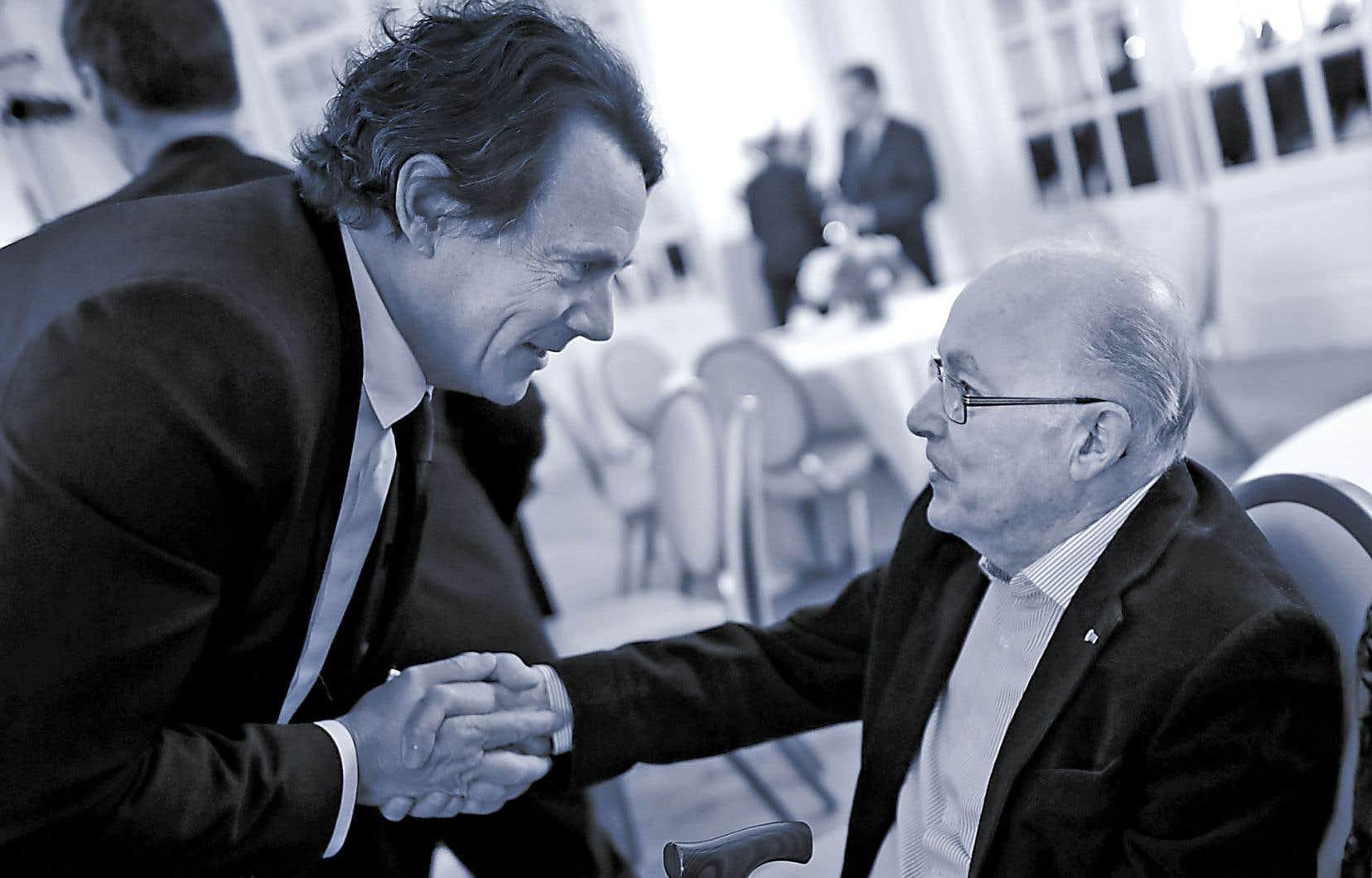 Pierre Karl Péladeau prend la main de Bernard Landry lors d'un événement soulignant le 80eanniversaire de l'ex-premier ministre, en 2017.