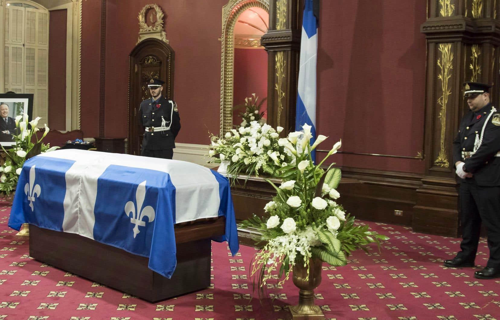 La dépouille de l'ancien premier ministre Bernard Landry est exposée en chapelle ardente, samedi, au salon rouge de l'Assemblée nationale à Québec.