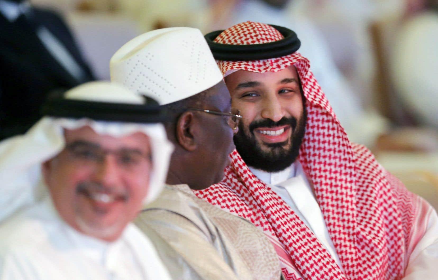 Le prince héritier de l'Arabie saoudite, Mohammed ben Salmane, fils du roi Salmane et membre de la dynastie des Saoud. Il était en compagnie du président du Sénégal, Macky Sall (au centre), lors d'un forum annuel se tenant à Riyad en octobre dernier.
