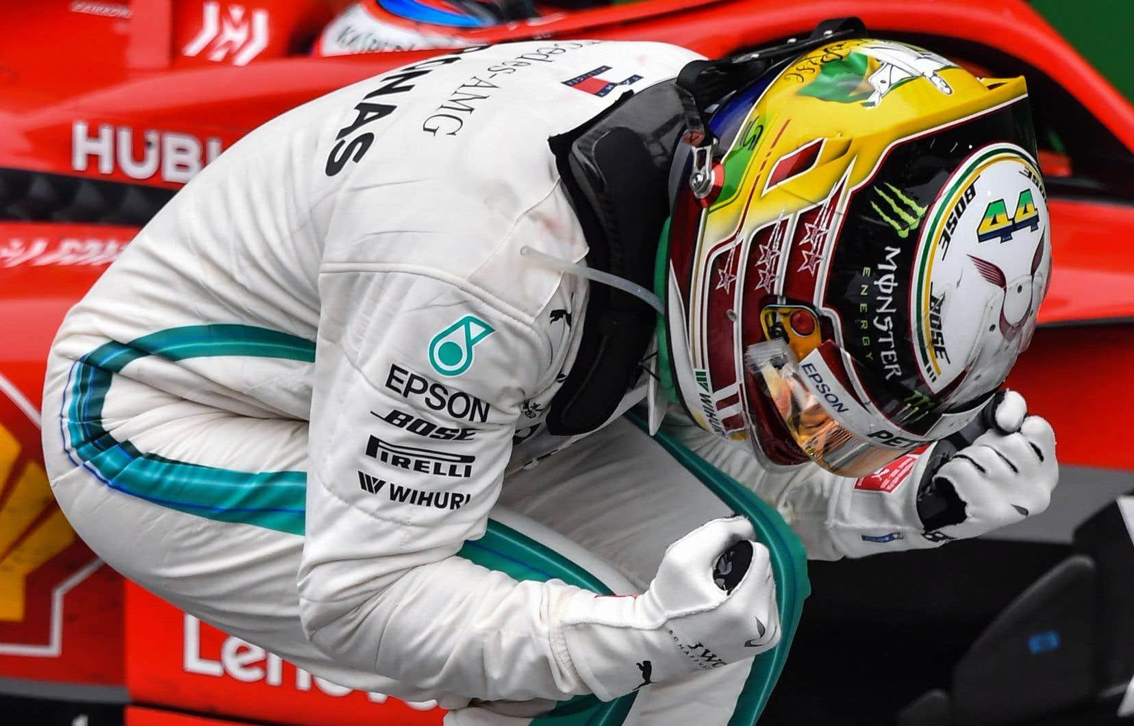 En signant cette dixième victoire, Lewis Hamilton permet à Mercedes de remporter le championnat des constructeurs.