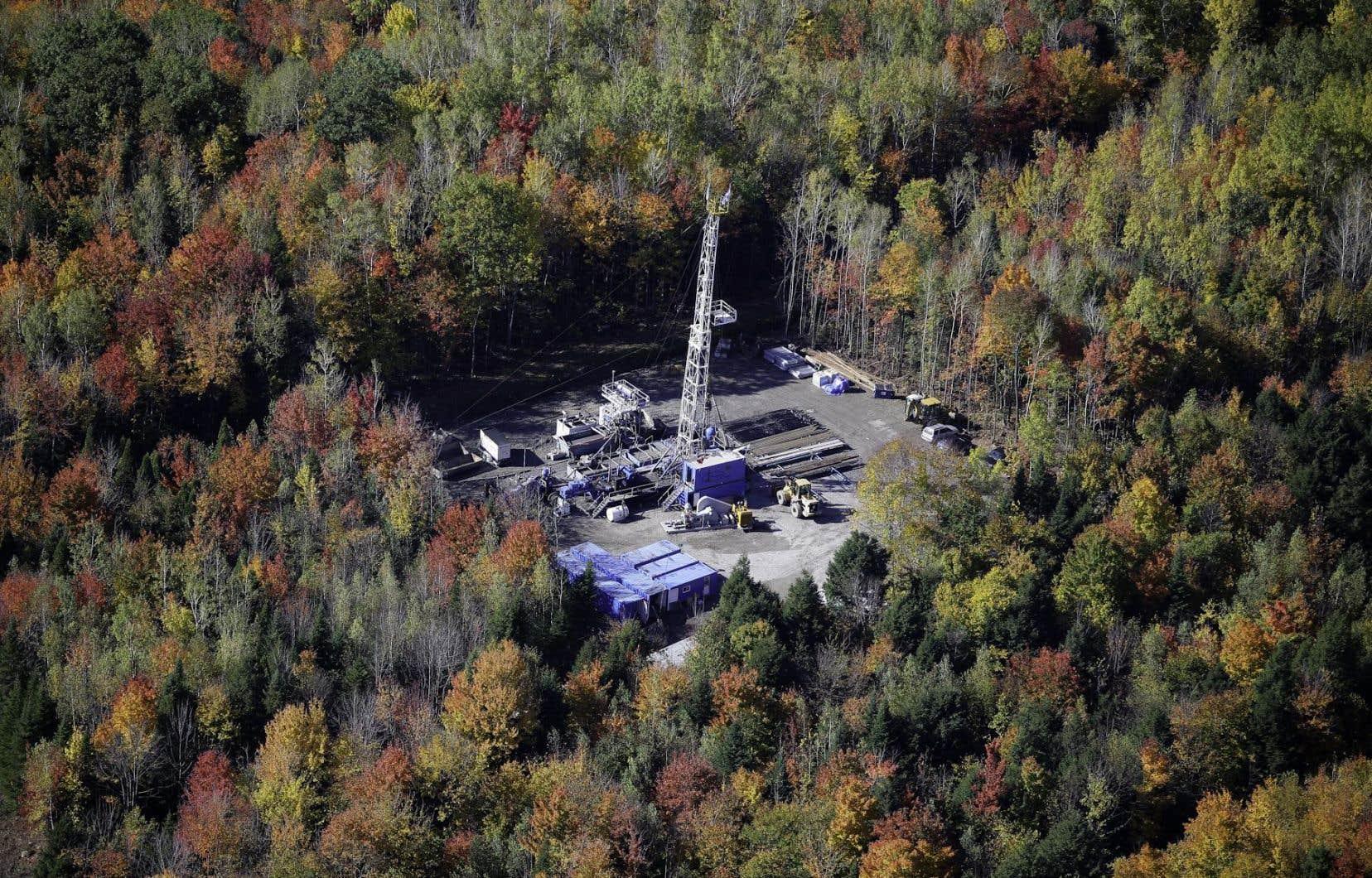 Une dizaine d'entreprises détiennent actuellement un total d'environ 13 000 km² de permis d'exploration dans le sud de la province. En photo, un puits de la compagnie albertaine Talisman, à Saint-Édouard-de-Lotbinière.