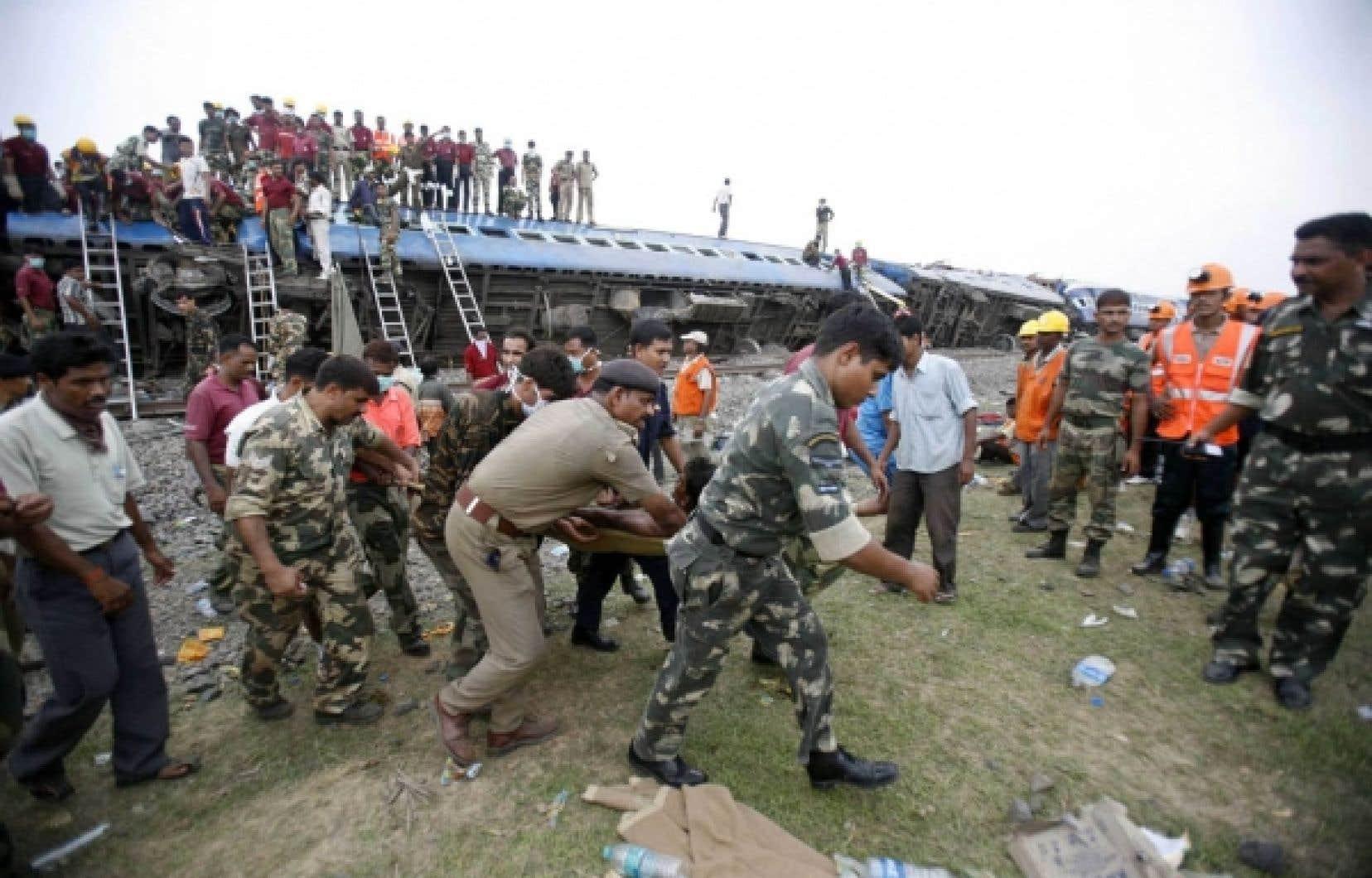 Plus de dix heures après le drame, au moins une dizaine de passagers étaient encore coincés dans les débris du train.
