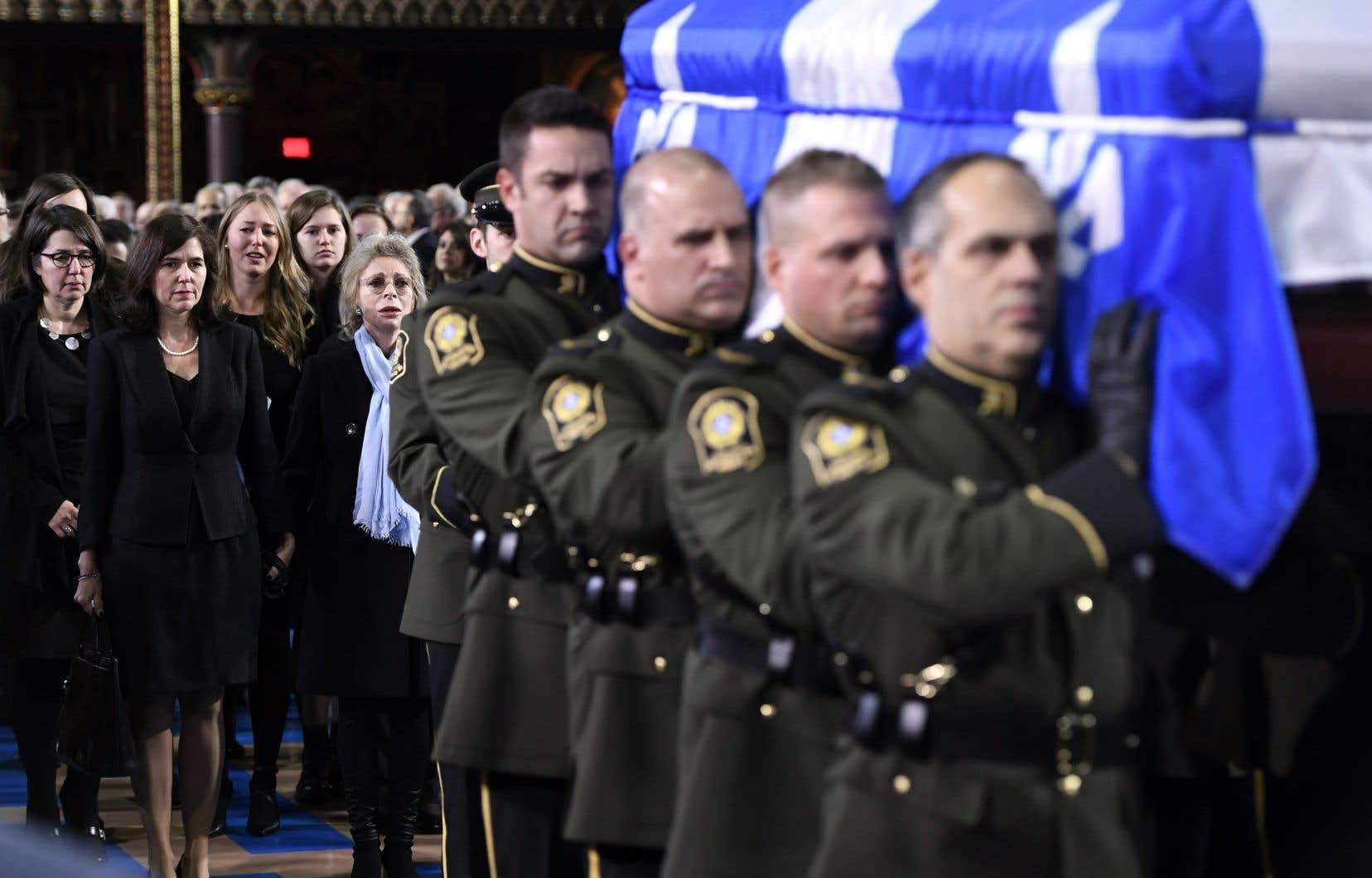Le cercueil du premier ministre Bernard Landry était porté par des membres de la Sûreté du Québec. Suivaient derrière sa deuxième épouse, Chantal Renaud, ses filles, Pascale et Julie, ainsi que son fils, Philippe (qui n'apparaît pas sur la photo).