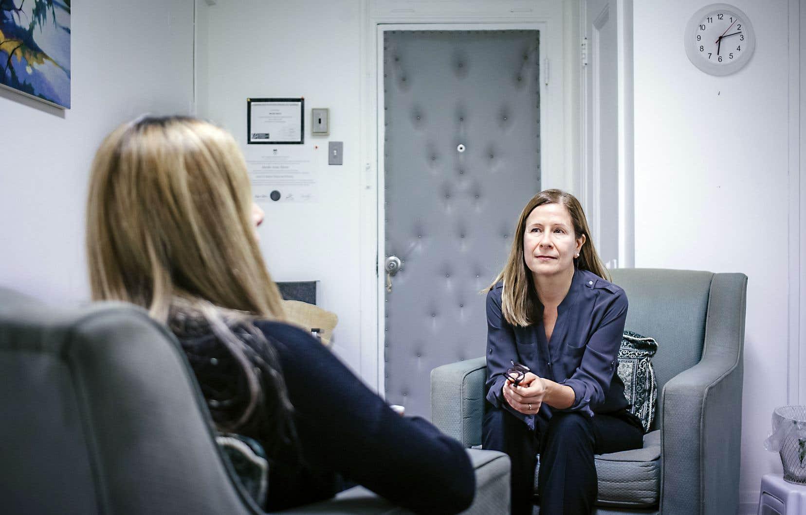 Réfugiée syrienne installée à Montréal, Sara (prénom fictif) parvient peu à peu à affronter ses peurs provoquées par des années de guerre grâce à l'aide d'une des 40 thérapeutes de l'organisme RIVO-résilience, dont Véronique Harvey (notre photo) fait partie.