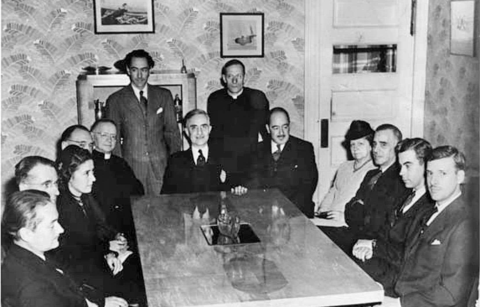 Le 8 décembre 1944, les membres de l'Académie canadienne-française, plus tard renommée l'Académie des lettres du Québec, se réunissaient pour la première fois. Sur la photo, on aperçoit notamment Lionel Groulx, au coin gauche de la table.