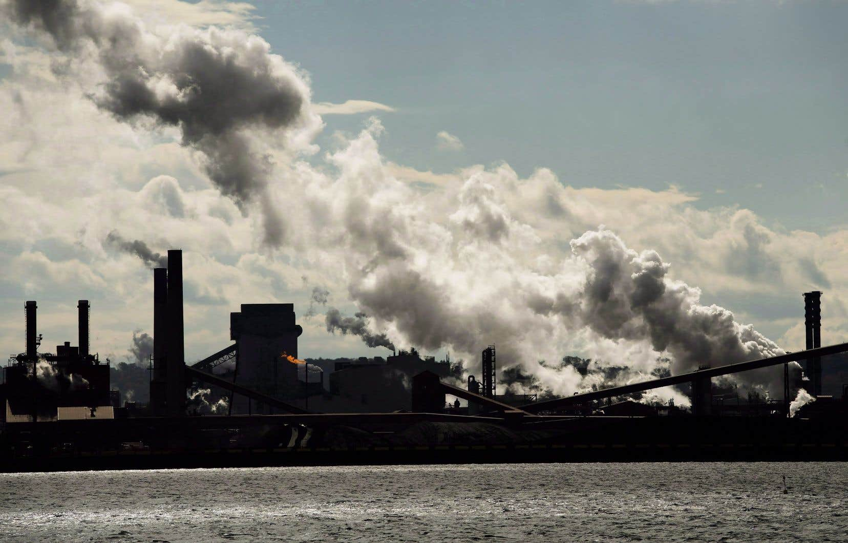 Individuellement, les Canadiens, très dépendants des énergies fossiles, sont aussi de très gros émetteurs de GES, avec une moyenne annuelle de 22 tonnes par habitant.