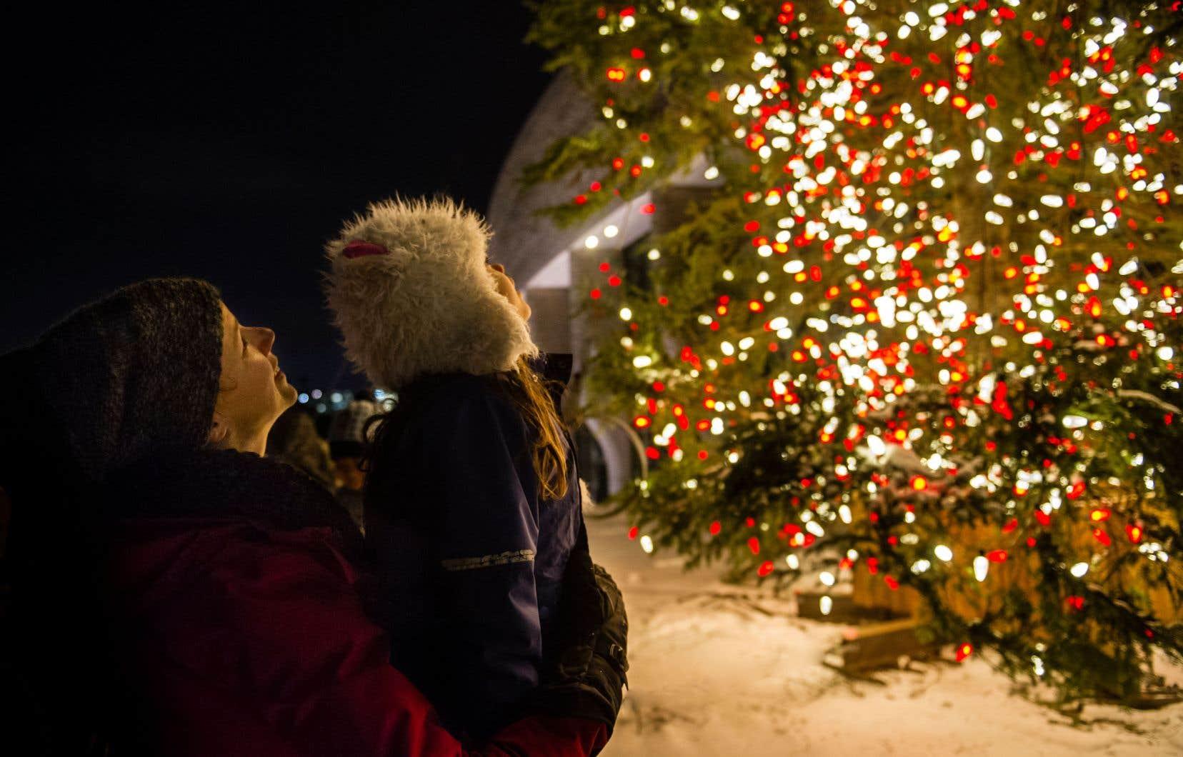 Chants de Noël interprétés par des élèves de l'école secondaire De La Salle à Ottawa, chocolat chaud et bouchées de queues de castor seront offerts le soir du 29novembre.