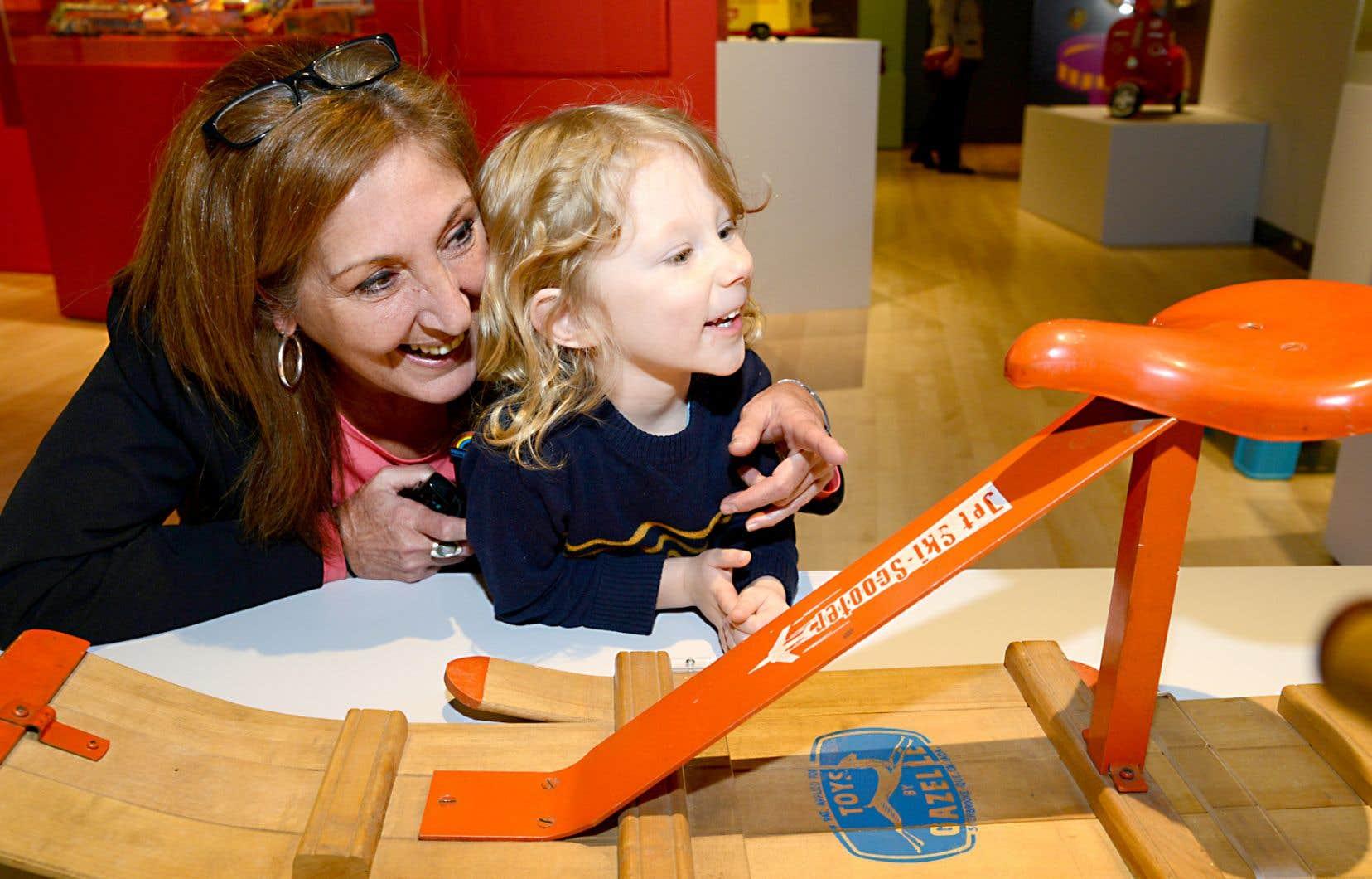 Au Musée de la culture populaire du Québec à Trois-Rivières, on propose une activité intergénérationnelle, «Les bébelles de Papi et Mamie».