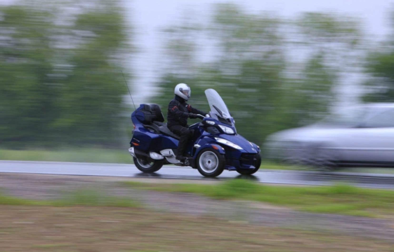 Audacieux croisement entre une voiture et une motocyclette, la Spyder est en quelque sorte le chaînon manquant
