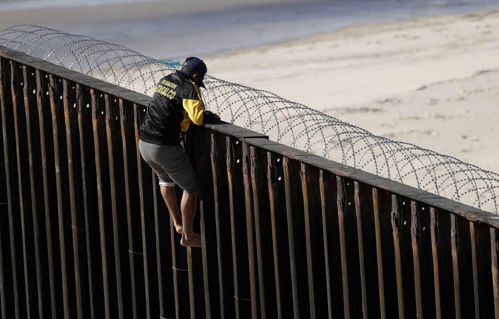 Un homme est décidé à entrer aux États-Unis, malgré les menaces du président Donald Trump qui a promis d'empêcher les migrants de pénétrer le territoire américain.