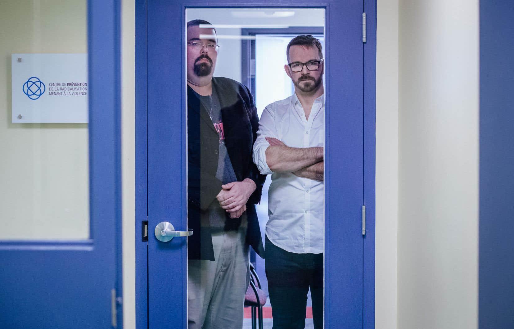 Ancien skinhead néonazi, Maxime Fiset (à gauche) s'appuie sur son passé de jeune radicalisé comme levier pour contribuer aujourd'hui à la prévention de la radicalisation menant à la violence, avec le réalisateur Gabriel Allard-Gagnon.