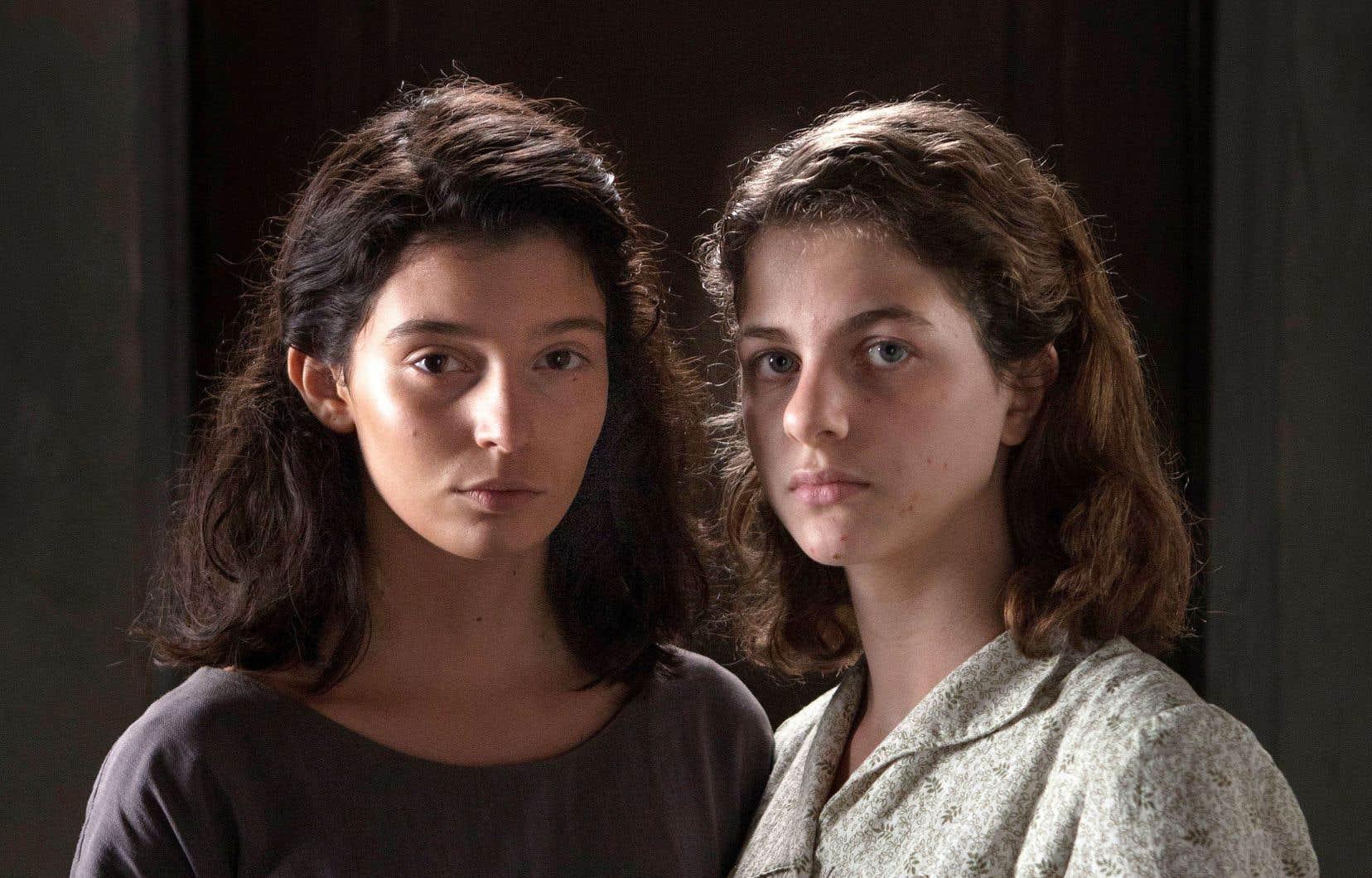 La beauté de Lila (Gaia Girace, à l'adolescence, à gauche) est sauvage, colérique, indomptée. Lenù (Margherita Mazzucco) est peut-être plus empotée, plus retirée en elle-même que ce qu'on imaginait.