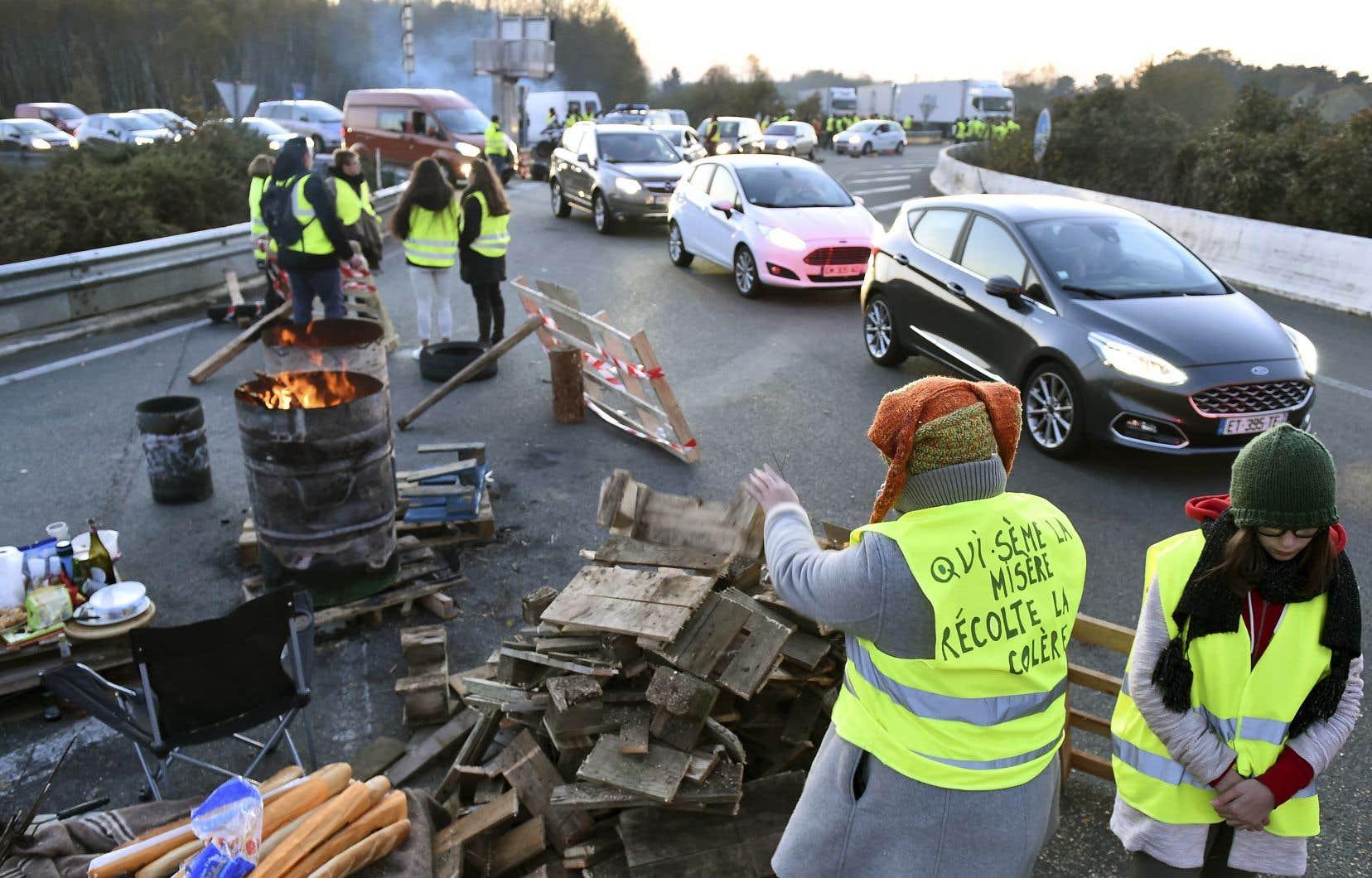Des manifestants bloquaient dimanche l'accès aux autoroutes A11 et A28 près duMans, dans le nord-ouest de la France.