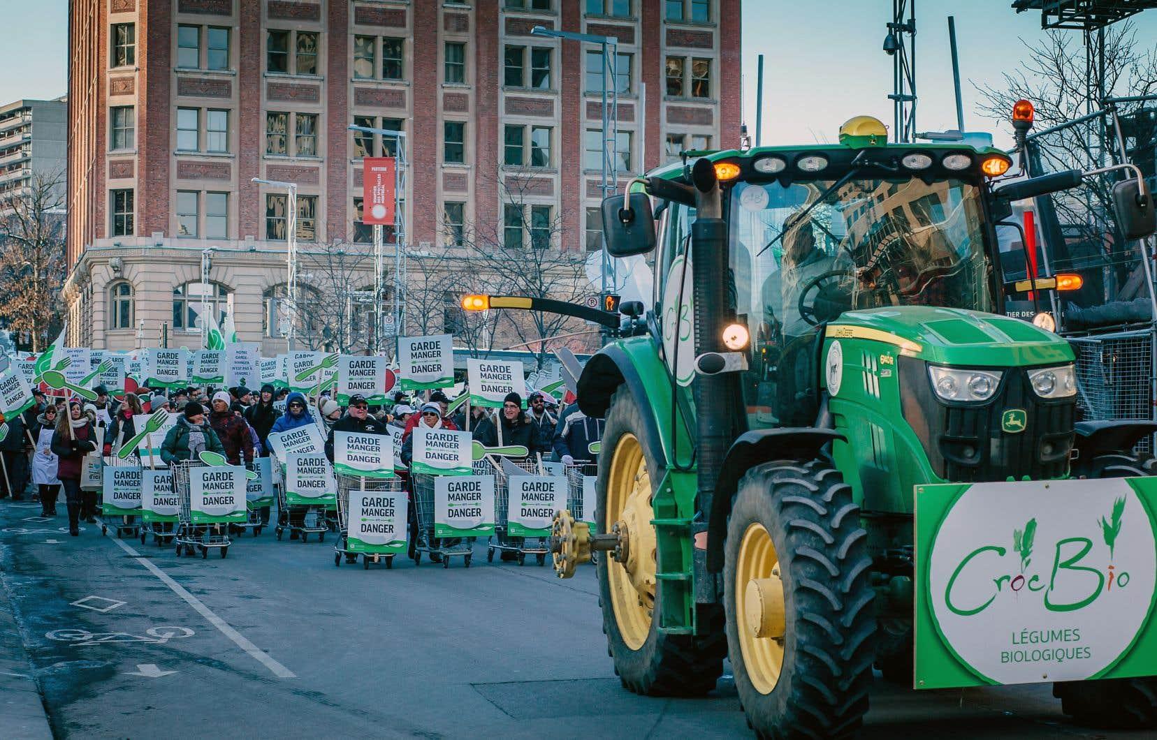 Précédées par un premier groupe de manifestants poussant des chariots d'épicerie, environ 5000 personnes ont pris part à la marche organisée par l'UPA, au centre-ville de Montréal.