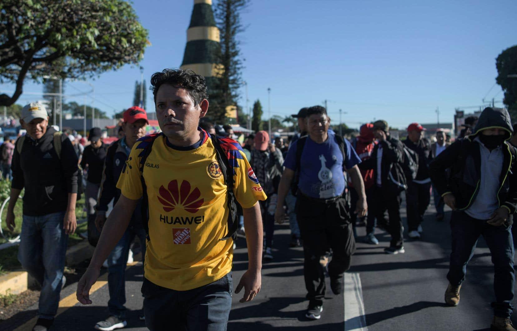 Des migrants se sont rassemblés sur une place dans l'ouest de la capitale San Salvador (sur cette photo), puis sont montés à bord de trois cars pour se rendre à 66km de là, dans la ville de Sonsonate.