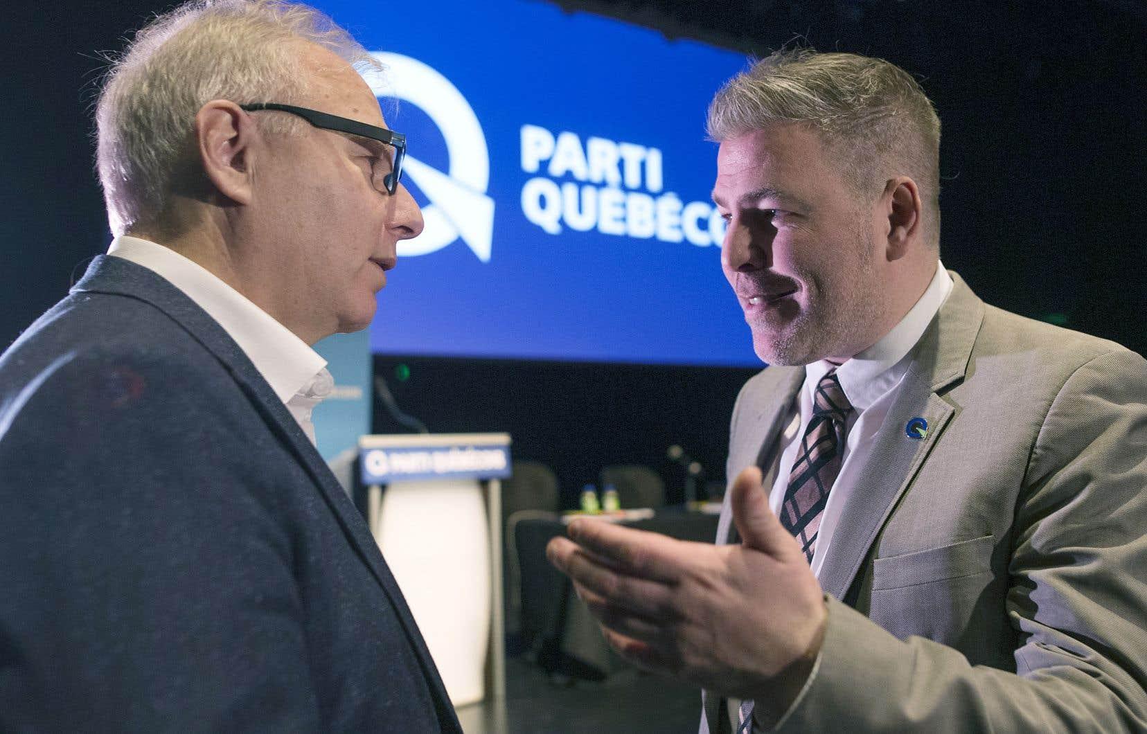 Le chef intérimaire du PQ, Pascal Bérubé, en discusion avec Jean-François Lisée lors du bilan de la campagne électorale organisé par l'état-major du parti au collège de Maisonneuve samedi après-midi