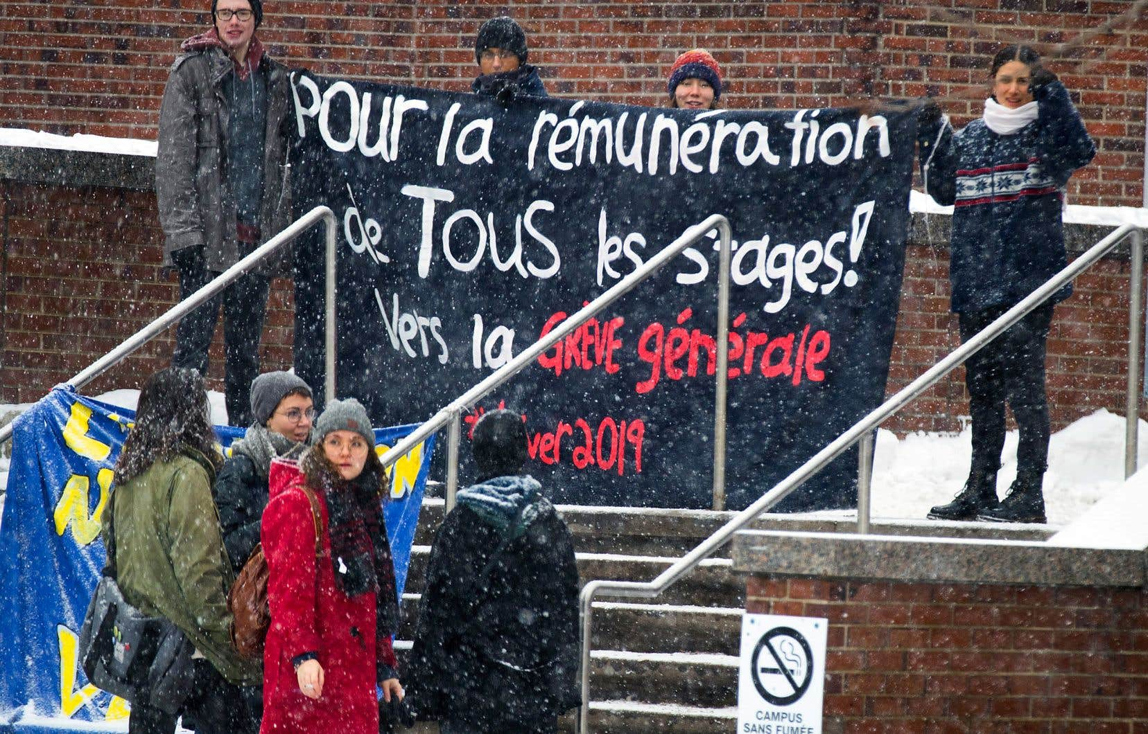 Au Cégep du Vieux-Montréal, les étudiants sont en grève cette semaine. La banderole qu'ils ont déployée laisse peu de doute sur leur détermination, affirmant que ce débrayage est un premier pas «vers la grève générale» à la session d'hiver.