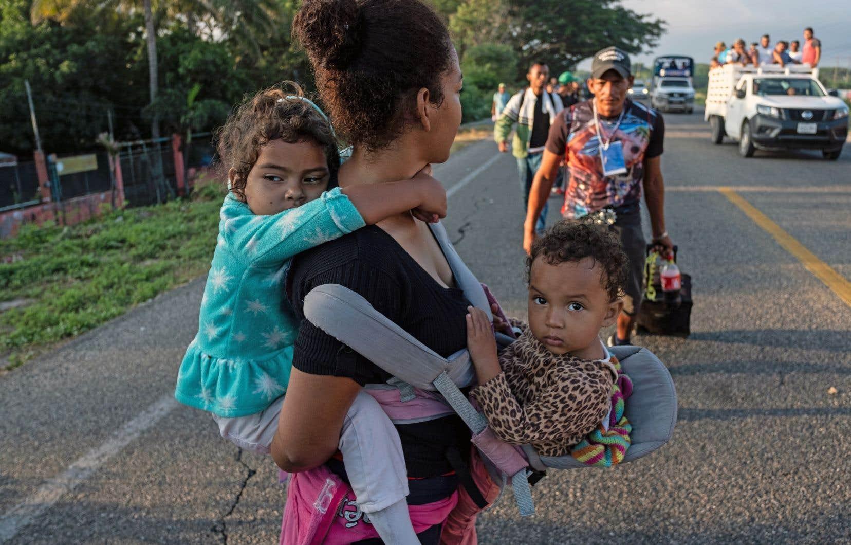 Au moment où une vague de migrants s'approche des États-Unis, Donald Trump a signé un décret pour rejeter automatiquement les demandes d'asile déposées par des personnes ayant traversé illégalement la frontière.