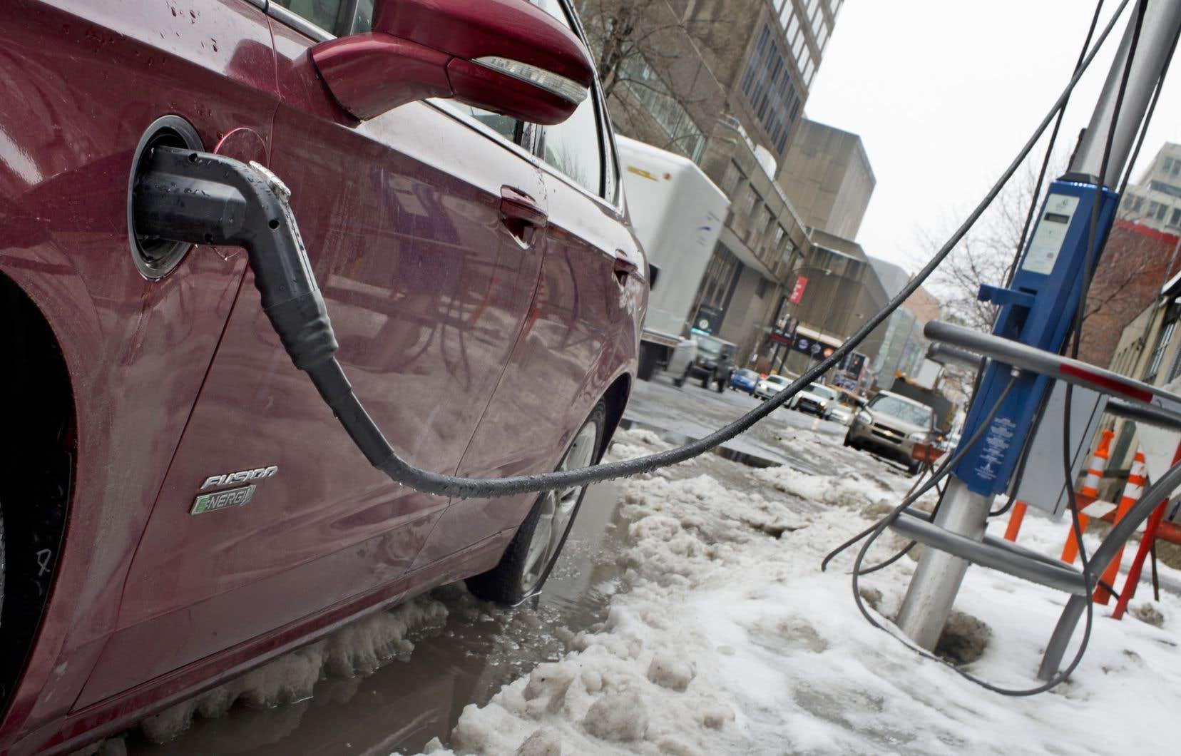 L'ancien gouvernement libéral de Philippe Couillard s'était donné pour objectif de mettre 100 000 véhicules rechargeables sur les routes d'ici 2020.