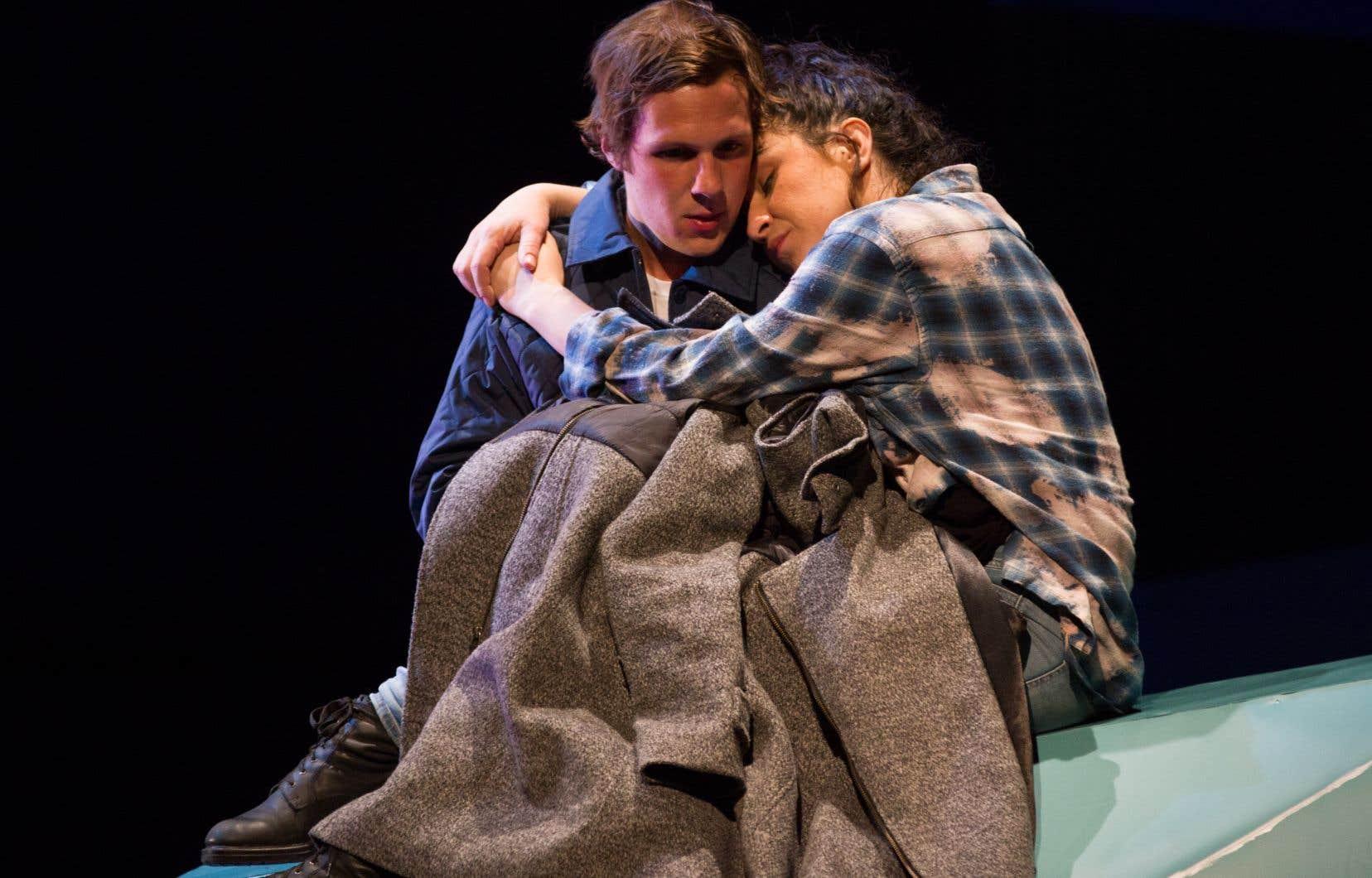 Daniel (Joakim Robillard) «emprunte» la voiture maternelle et recueille une auto-stoppeuse marginale et très dégourdie dénommée Annie (Ariane Castellanos).