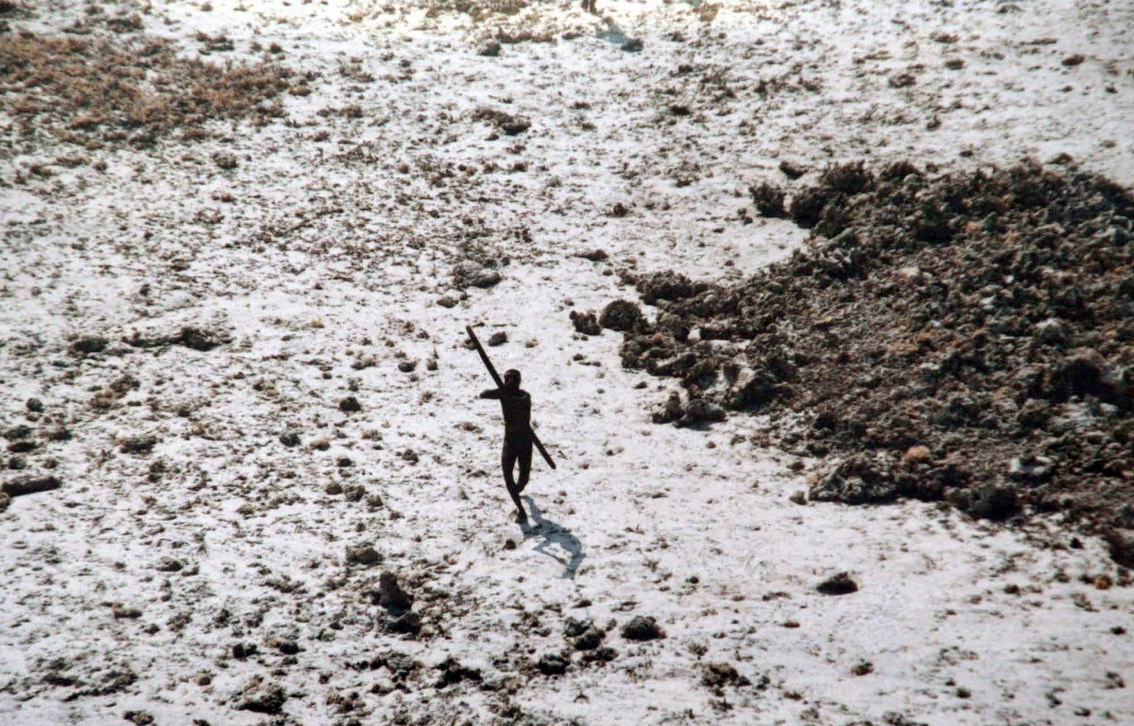 Peu après le tsunami de 2004, les gardes-côtes indiens avaient survolé l'île pour savoir si les autochtones avaient survécu à la catastrophe. Ils avaient été accueillis avec des arcs et des flèches.