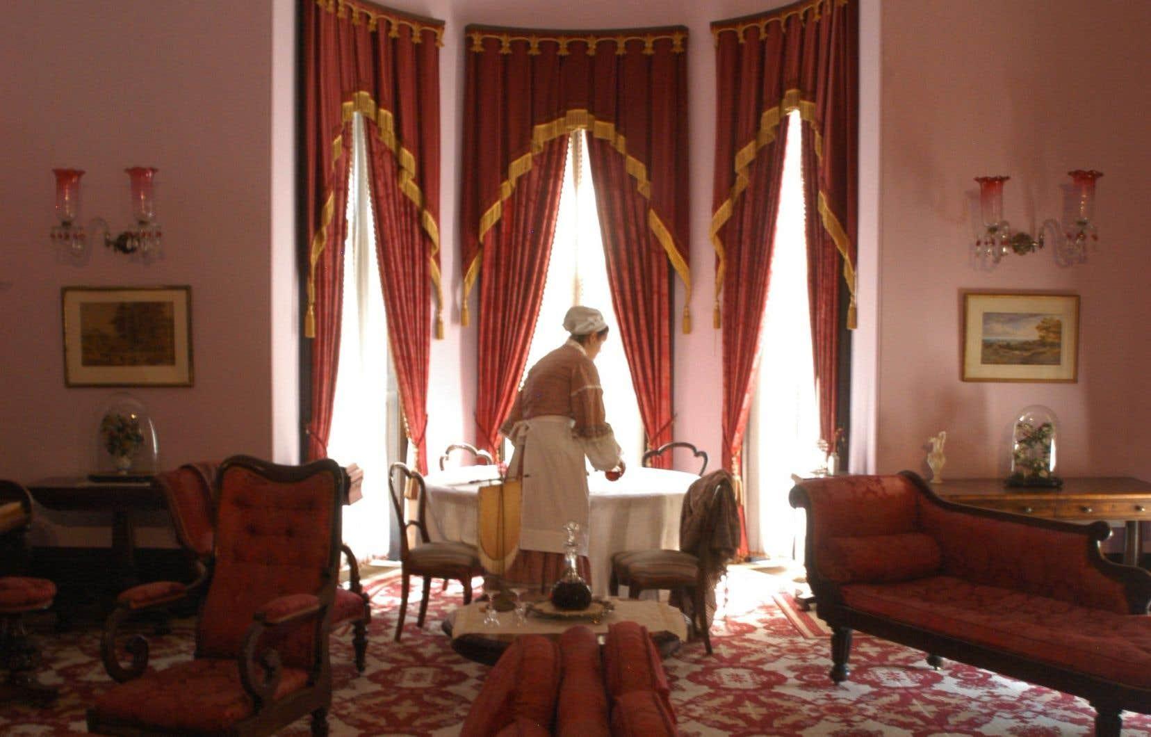 L'opulente décorationvictorienne du Château Dundurn fascine ses visiteurs. Durant les fêtes, cette immense résidence du XIXe siècle sera décorée de manière festive, comme elle l'étaità l'époque.