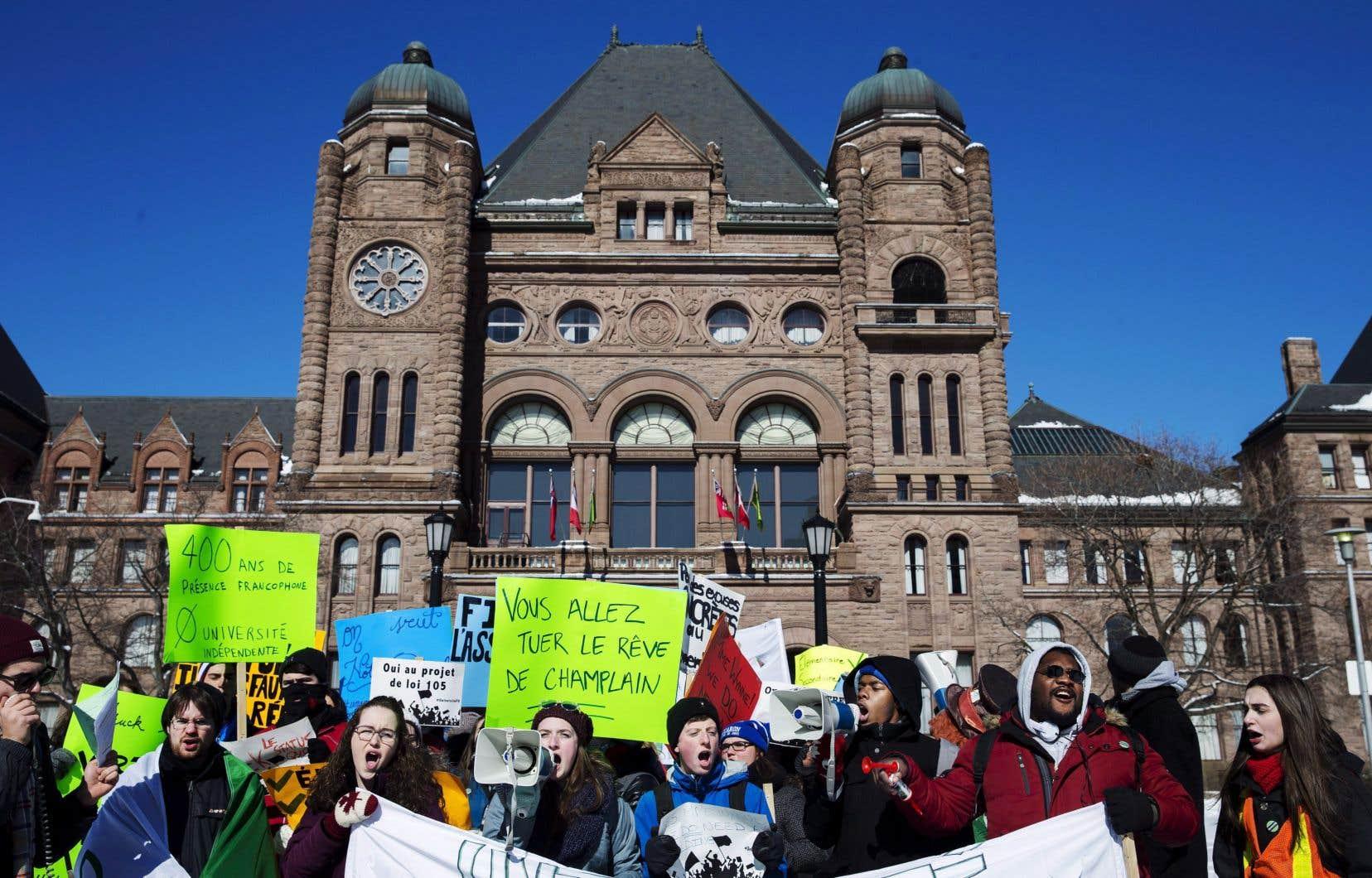 Des membres de la communauté franco-ontarienne avaient manifesté en février 2016 devant l'Assemblée législative de l'Ontario, à Queen's Park à Toronto, pour réclamer la création d'une université francophone.