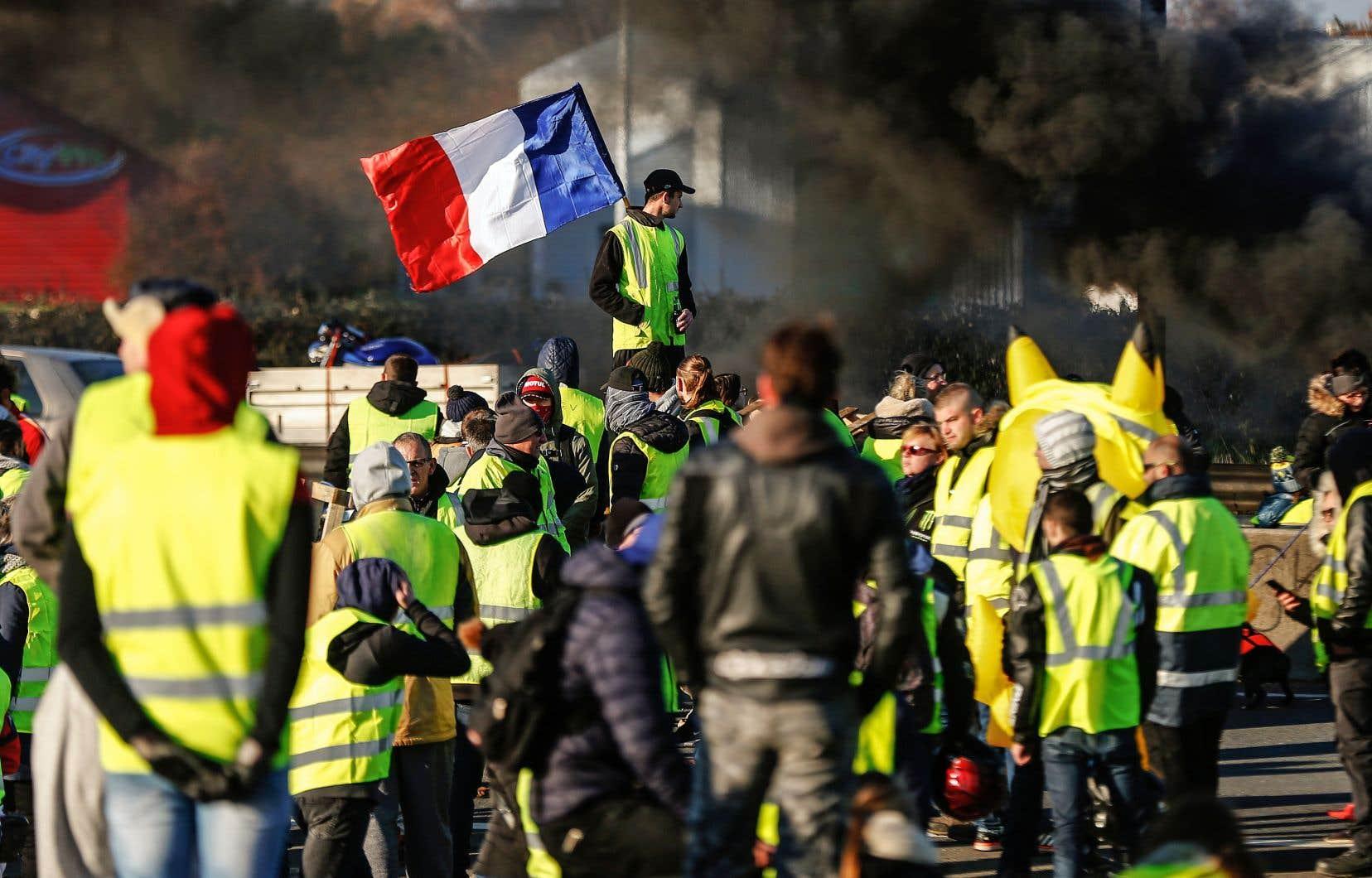 Des «gilets jaunes» bloquent la circulation automobile dans la commune de Caen, en Normandie, le 18novembre dernier.