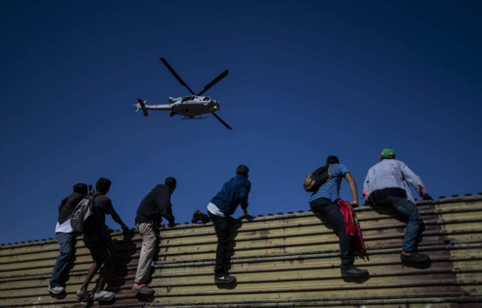 Des migrants venant d'Amérique centrale ont tenté de franchir illégalement la frontière américaine dimanche.