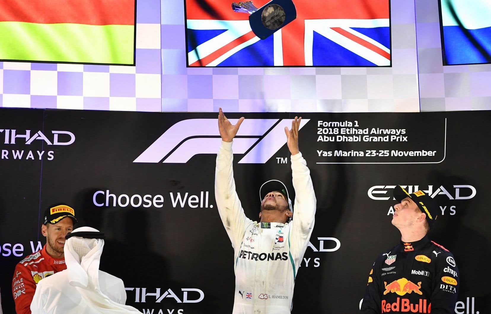 Le pilote britannique, qui s'était déjà assuré d'un cinquième championnat, a devancé le pilote Ferrari Sebastian Vettel au fil d'arrivée du circuit Yas Marina. Il a du même coup enregistré sa 11evictoire de la saison, et la 73ede sa carrière.