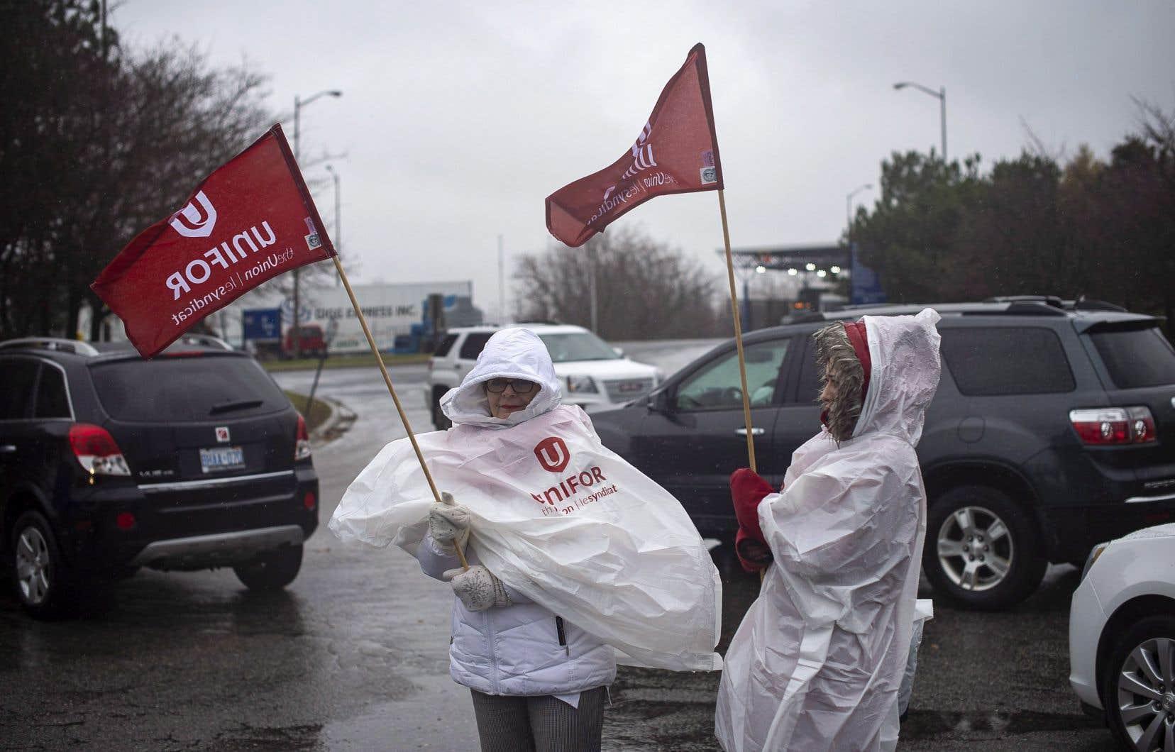 Des syndiquées de General Motors devant l'entrée de l'usine d'assemblage à Oshawa, lundi