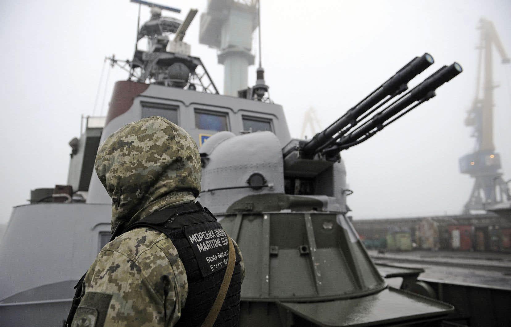 Un soldat ukrainien à bord d'un navire militaire, à Marioupol, dans la mer d'Azov.