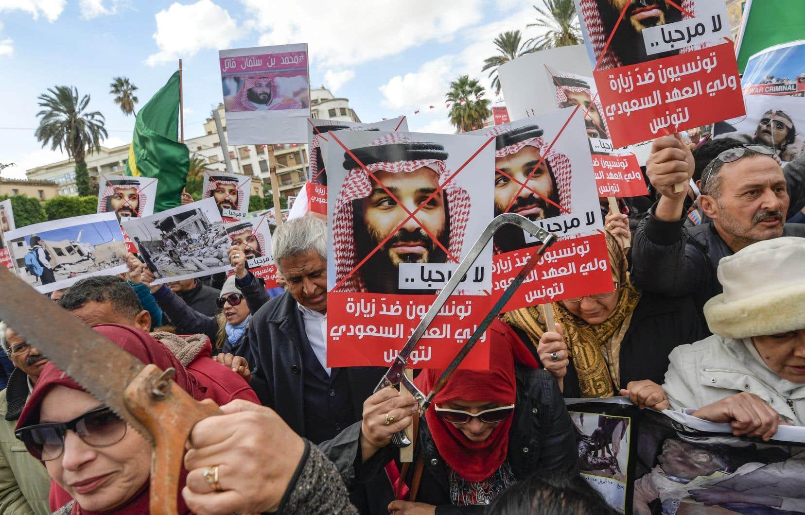 Certains manifestants ont défilé avec une scie en référence à l'assassinat du journaliste saoudien Jamal Khashoggi.