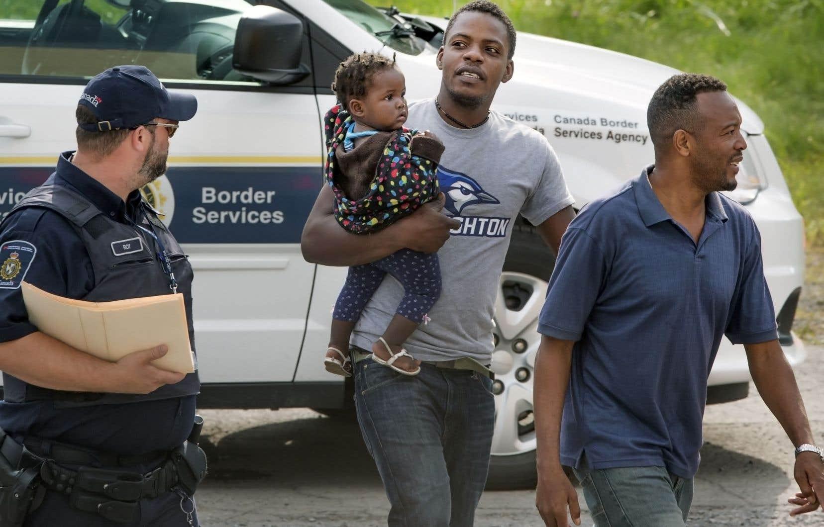 Plusieurs migrants, dont la majorité était d'origine haïtienne en provenance des États-Unis, ont traversé la frontière canadienne par le chemin Roxham au cours du printemps et de l'été 2017.