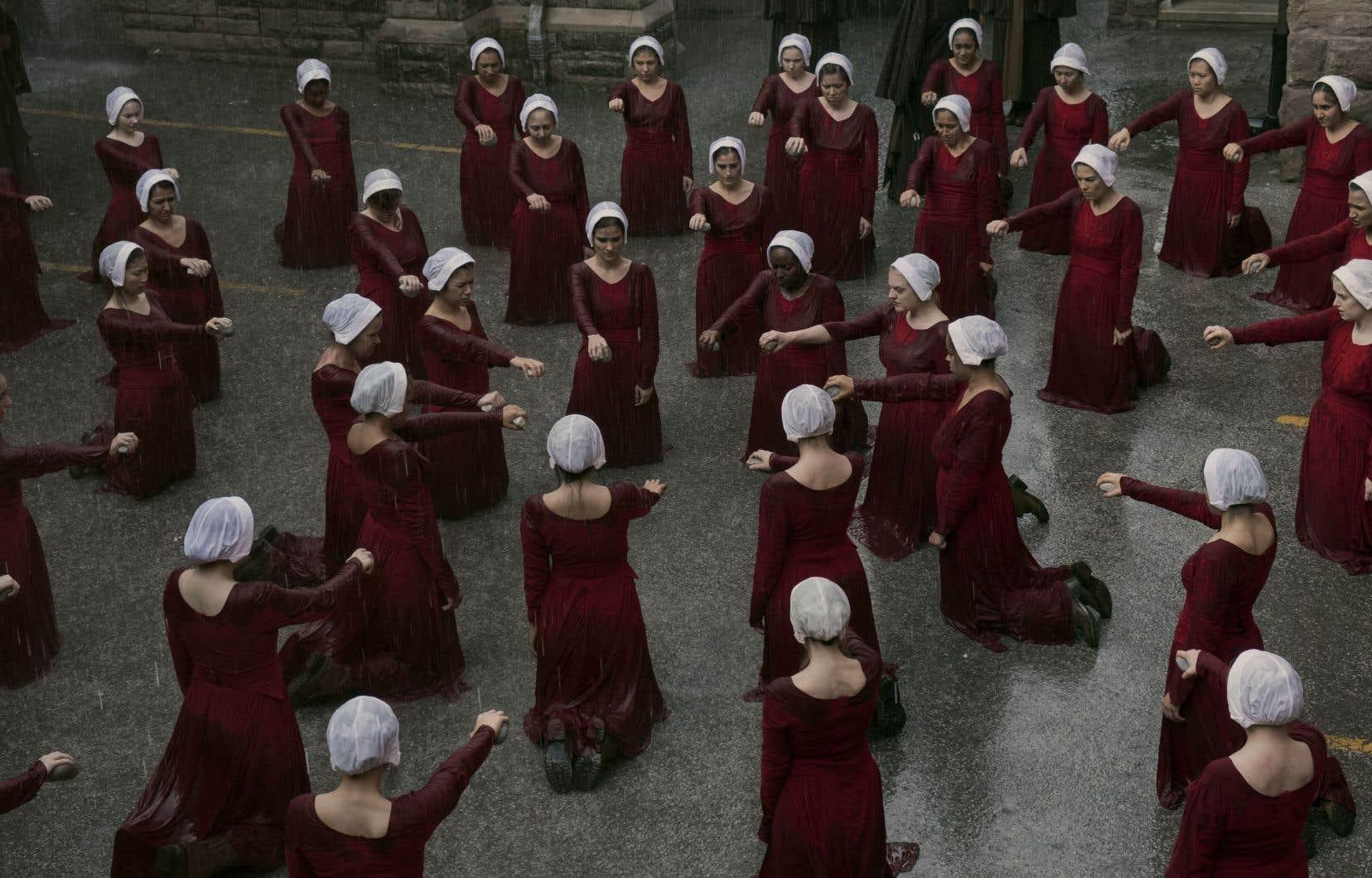 Le costume rouge porté par les femmes de la République de Gilead, qui rappelle les tenues de nonnes, s'est imposé comme un cri de ralliement aux États-Unis, en Argentine, en Irlande, en Belgique ou en Pologne.