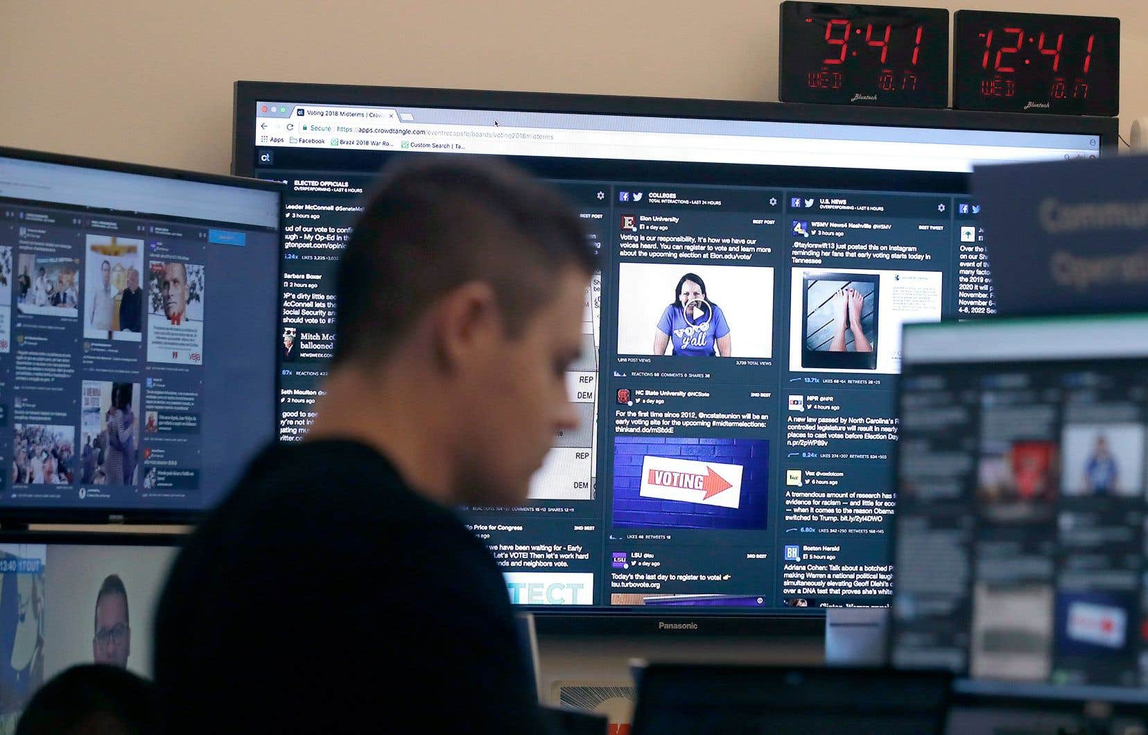 Sur cette photo, un employé de Facebook garde un œil sur le contenu politique publié sur la plateforme géante.