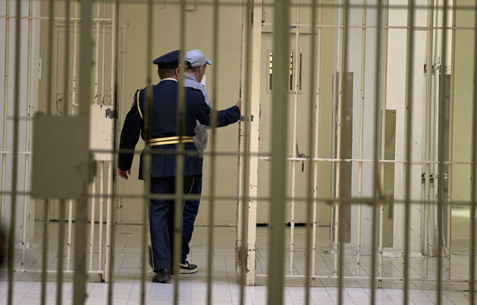 La protectrice du citoyen, Marie Rinfret, dénonce l'«occupation excessive» de plusieurs prisons québécoises.