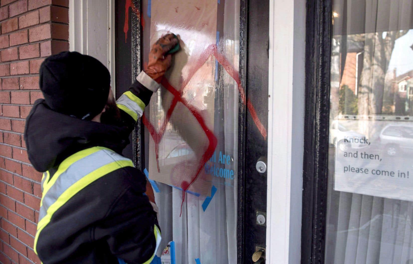 Une croix gammée avait été peinte par des vandales sur une synagogue d'Ottawa en novembre 2016. Le nombre d'incidents ciblant les juifs, tout comme les musulmans et les Noirs, est à la hausse au Canada.