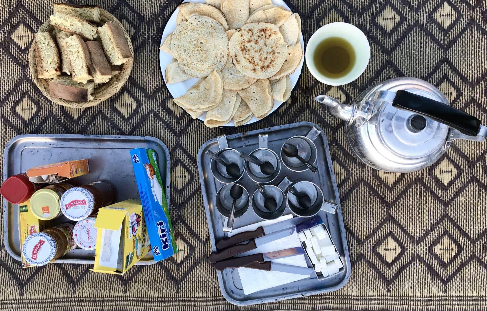 Petit-déjeuner dans le désert, y compris le pain cuit dans le sable et les crêpes aux mille trous.