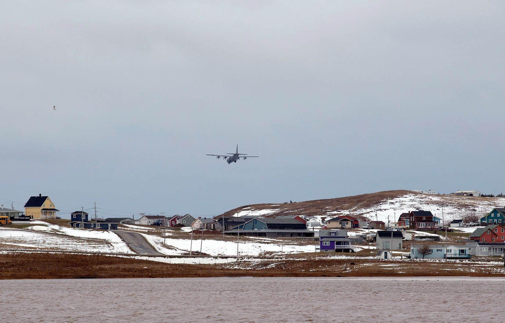 Un avion de l'armée canadienne a atterri sur les îles de la Madeleine, vendredi, afin de prêter main-forte aux insulaires, qui ont été coupés du reste du monde jeudi à la suite du bris d'un câble.