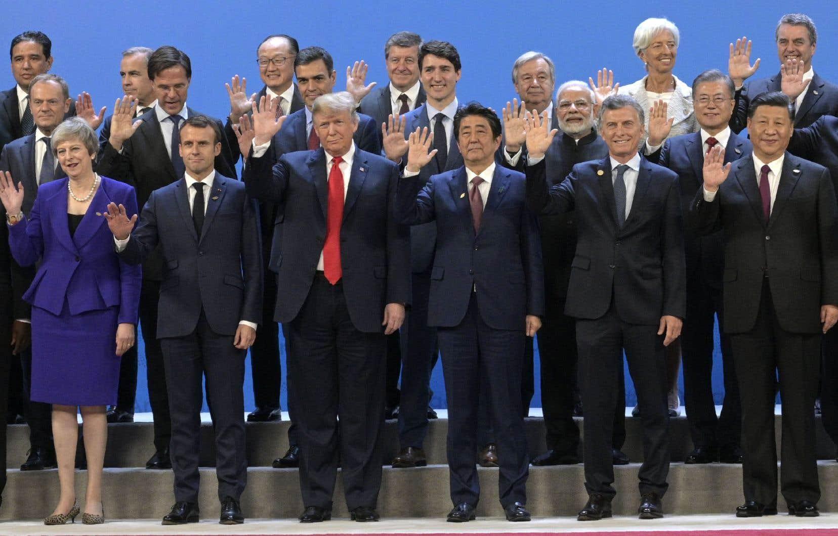 Les chefs d'État et de gouvernements posent pour une photo de famille avant de s'asseoir à la table de réunion du G20.